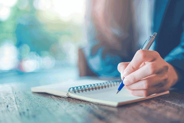 Frau mit einem Kugelschreiber in der Hand